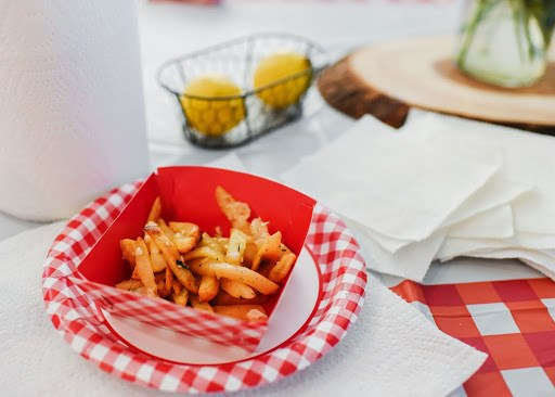 Fries on a plate with napkins